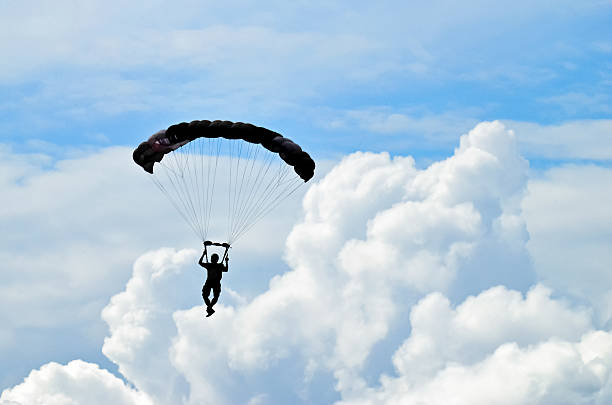 parachuter silhouette - fallskärm bildbanksfoton och bilder