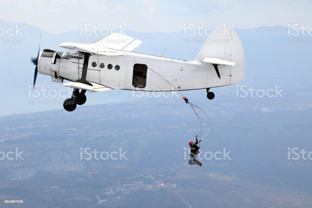 傘兵從老式雙跳躍 - 免版稅交通方式圖庫照片