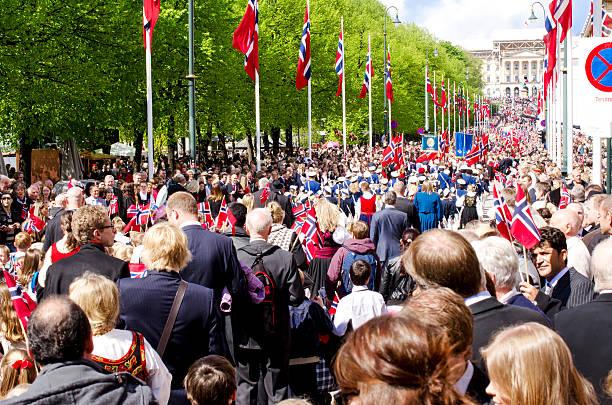 parade in oslo am 17. mai - norwegen fahne stock-fotos und bilder