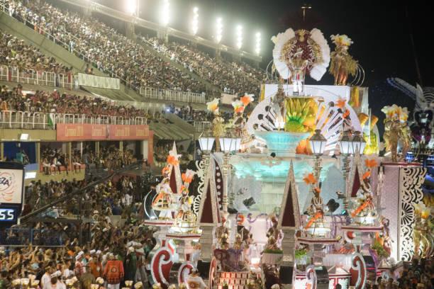 défilé de l'école de samba salgueiro lors du carnaval de 2018 à rio de janeiro - carnaval de rio photos et images de collection