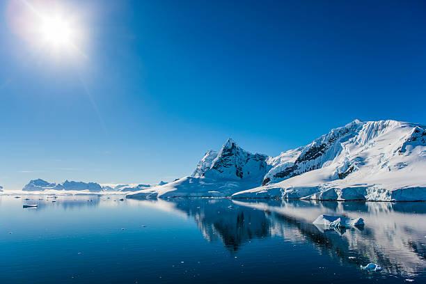 パラダイス湾、南極大陸 - 南極旅行 ストックフォトと画像