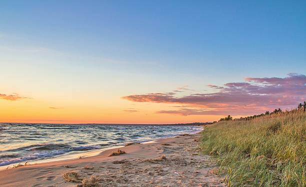 paradies-strand bei sonnenuntergang - lake michigan strände stock-fotos und bilder
