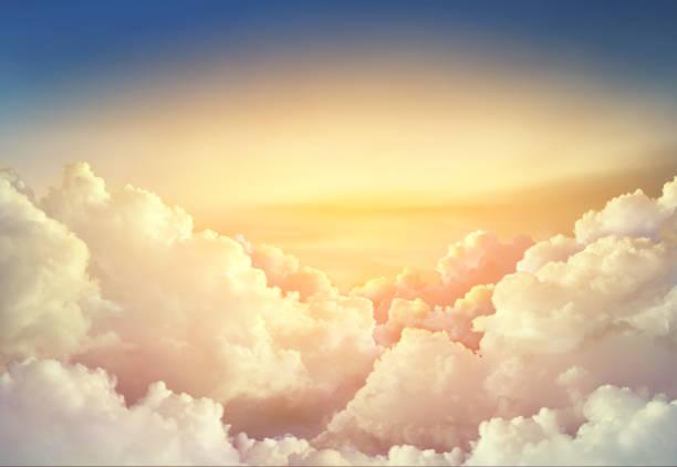 rajskie niebo z dużymi chmurami - niebo życie pozagrobowe zdjęcia i obrazy z banku zdjęć