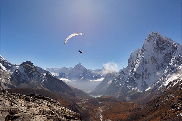 Paraglaider. Everest Circuit. Nepal Motive. – Foto