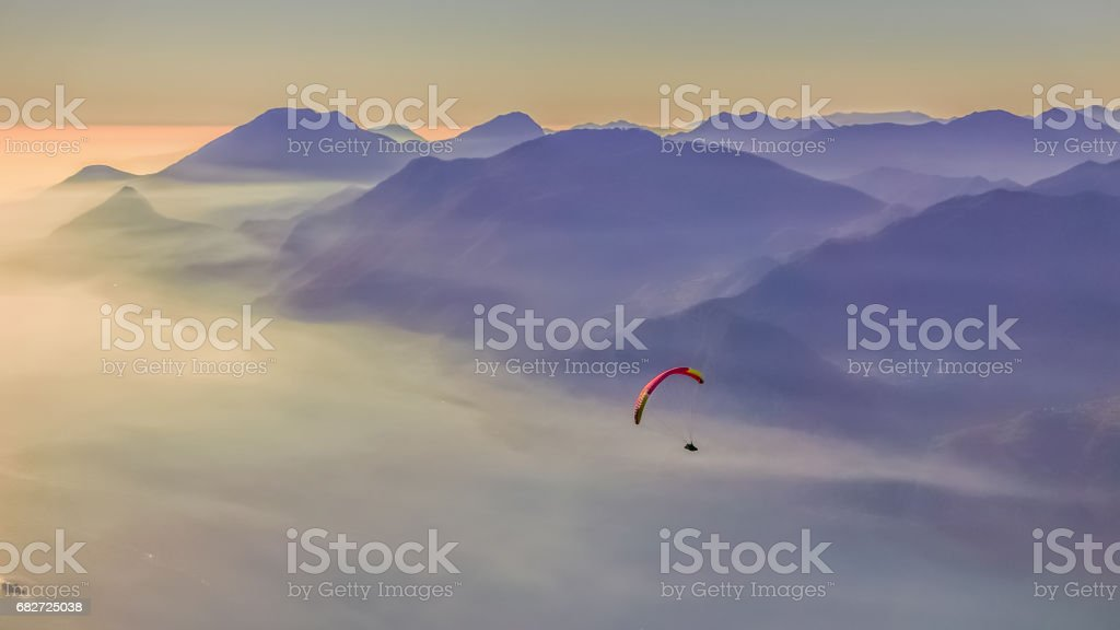 Parapente voando sobre o lago de Garda. - foto de acervo
