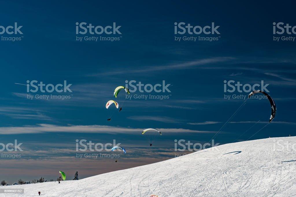 Gleitschirm Im Winter Mit Snowboards – Foto
