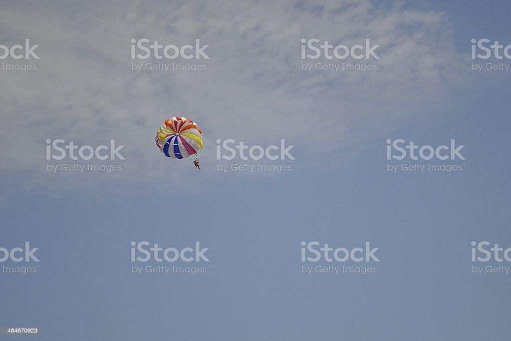 Paraglider na niebo przeciągnięty łodzią zbiór zdjęć royalty-free