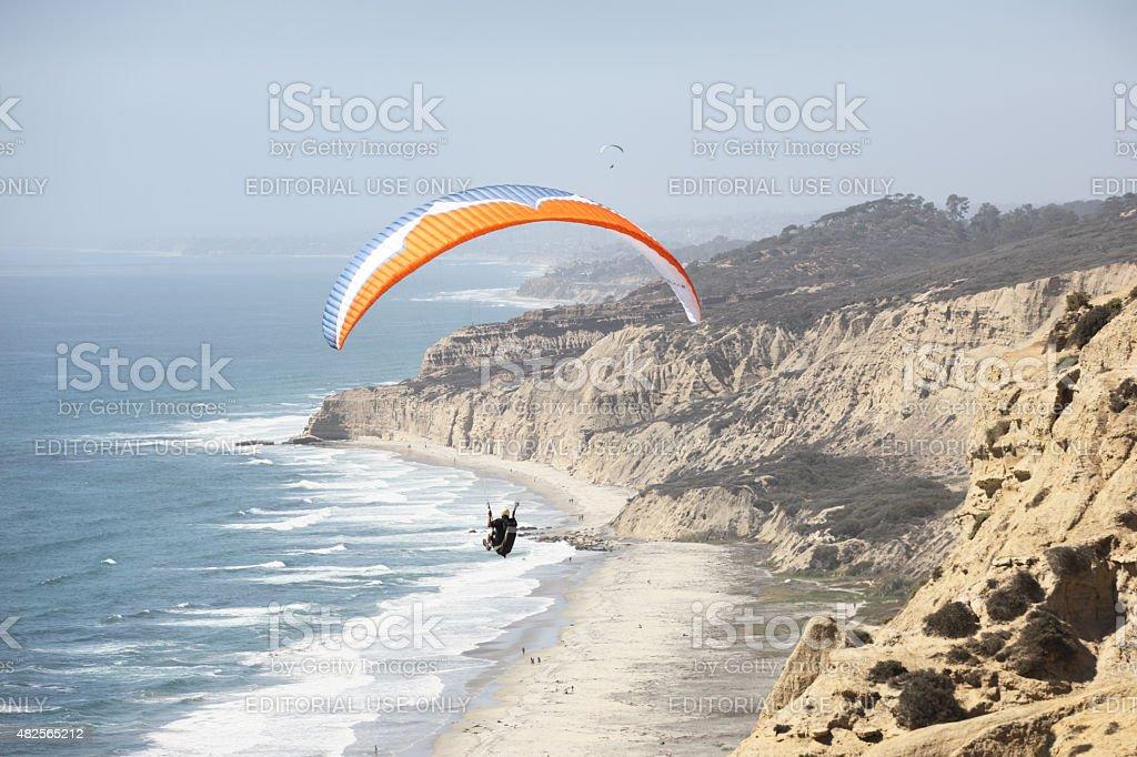 Ala de avión Paraglider al mar - foto de stock