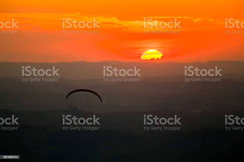 Parapente no pôr do sol - foto de acervo