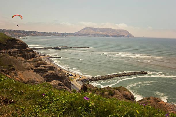 Paragliding über die zerklüftete Küste Limas – Foto