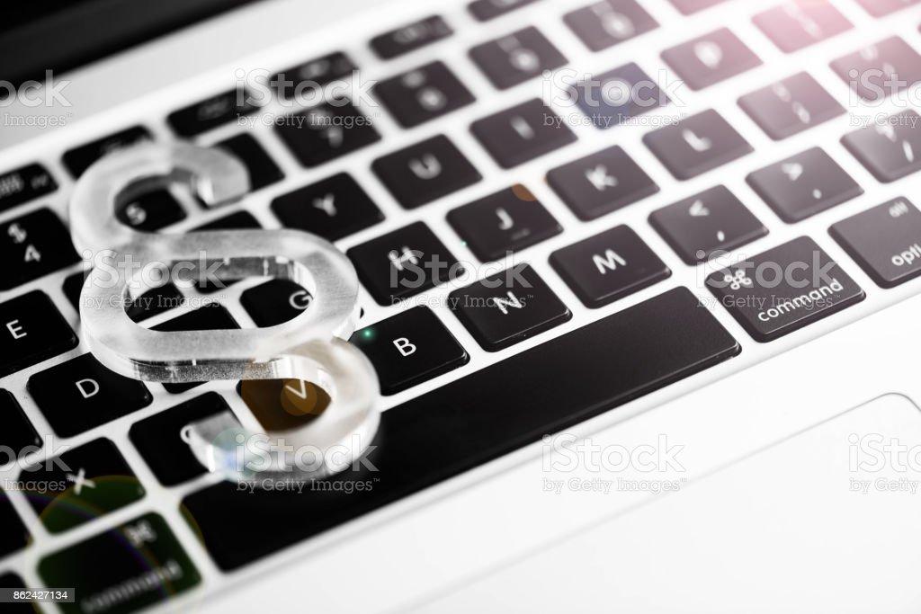 Absatzsymbol oben auf einer Laptop-Tastatur – Foto