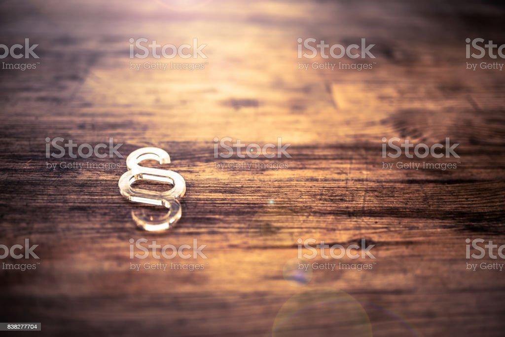 Absatzsymbol auf Schreibtisch aus Holz – Foto