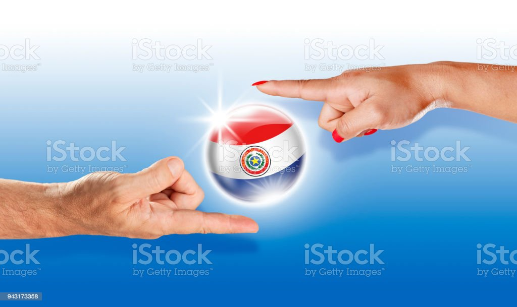 Bandera paraguaya de Paraguay botón flotante entre con manos humanas - foto de stock