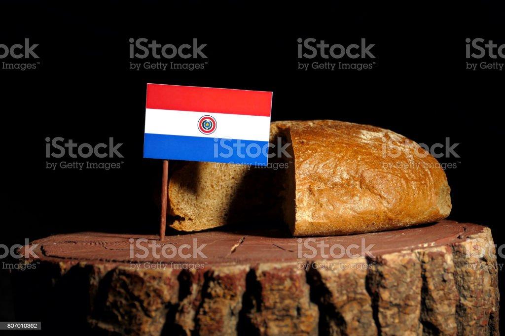 Bandera de Paraguay en un tocón con pan aislado - foto de stock