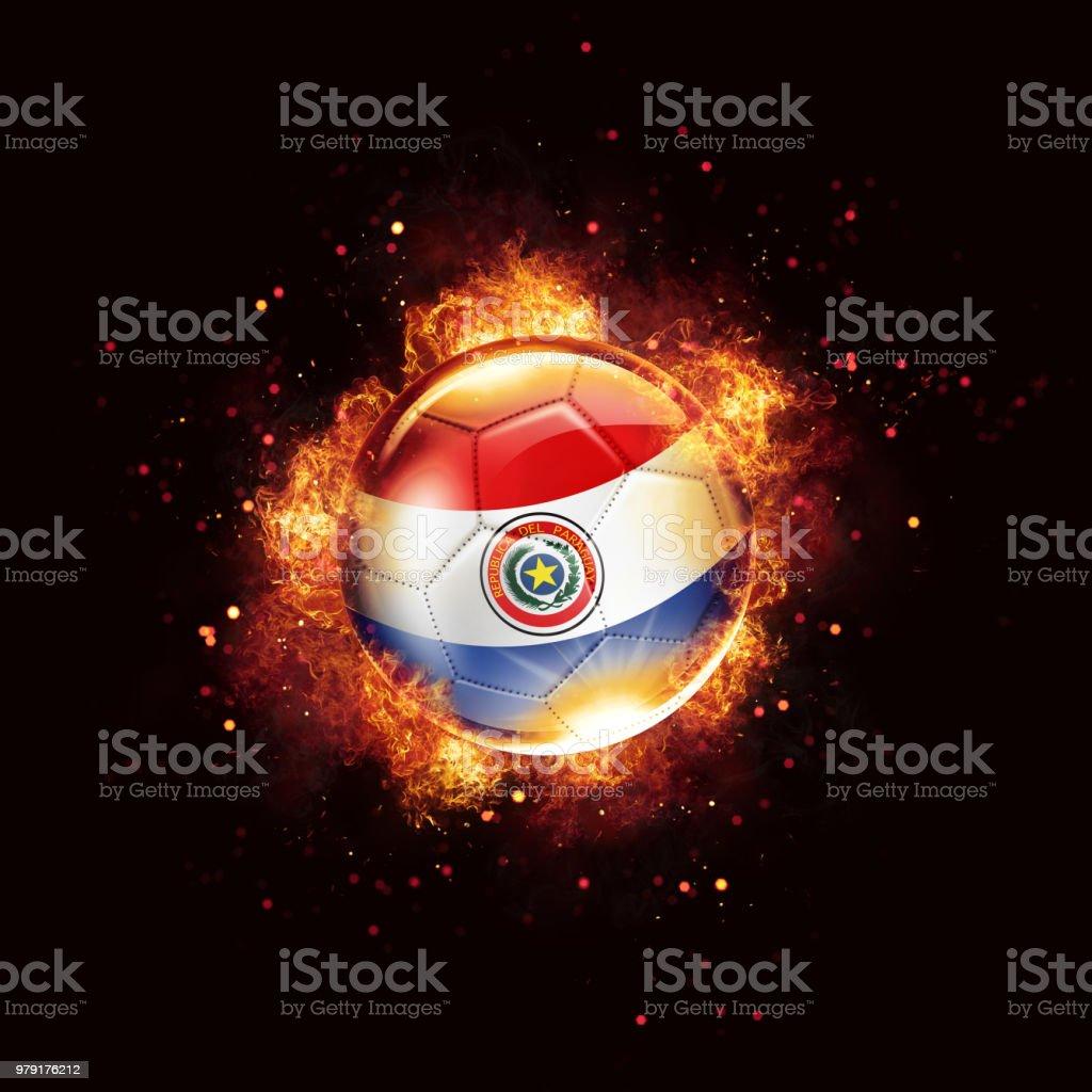 Balón de fútbol de bandera de Paraguay con llamas y fuego aislado en negro - foto de stock