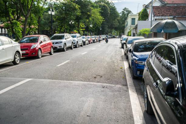 parallel parkeren van auto's op stedelijke straat. buiten parkeren op weg - parallel stockfoto's en -beelden