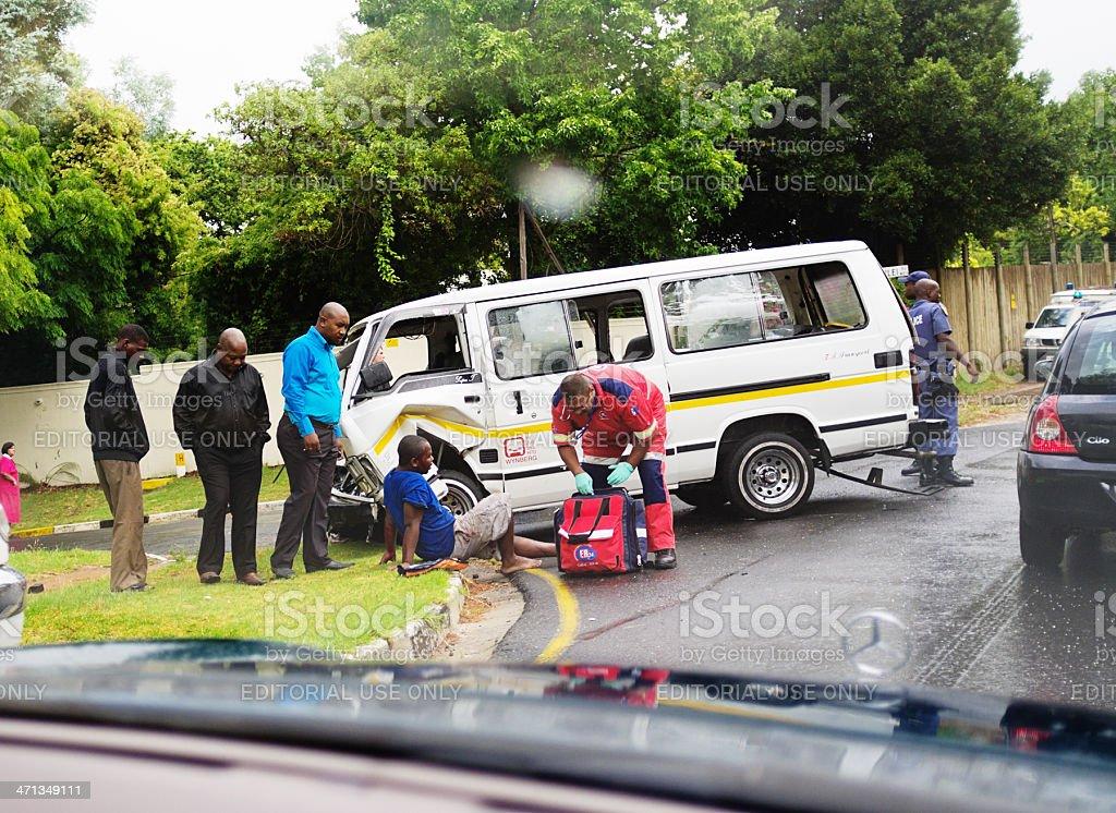 Auxiliaire médical à un blessé passagers en minibus taxi accident - Photo