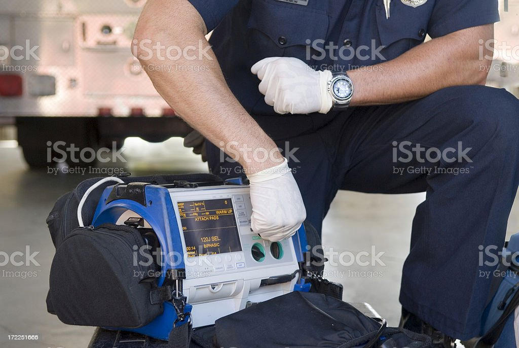 Paramedic Demonstrating a Portable Defibrillator​​​ foto