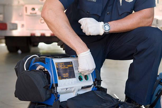 Paramedic Demonstrating a Portable Defibrillator foto