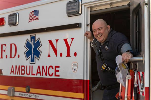 Sanitäter im Einsatz warten auf einen Anruf in Krankenwagen in einer Garage des Queens Hospital Center während der COVID-19 Pandemie. – Foto
