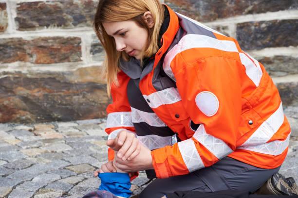 técnico en urgencias médicas - ayuda humanitaria fotografías e imágenes de stock