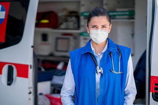 Sanitäter Der Während Der Covid19pandemie In Einem Krankenwagen Arbeitet Und Eine Gesichtsmaske Trägt Stockfoto und mehr Bilder von Ansteckende Krankheit