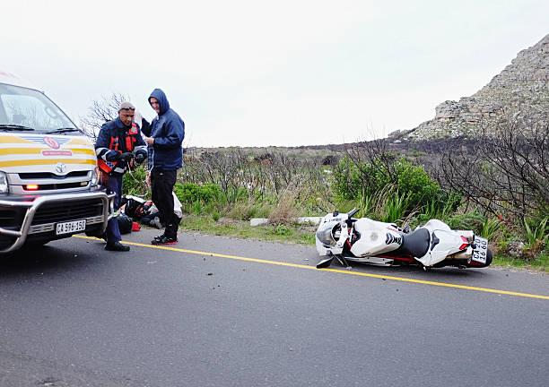 Auxiliaires médicaux aide s'est écrasé motard à moto accident - Photo