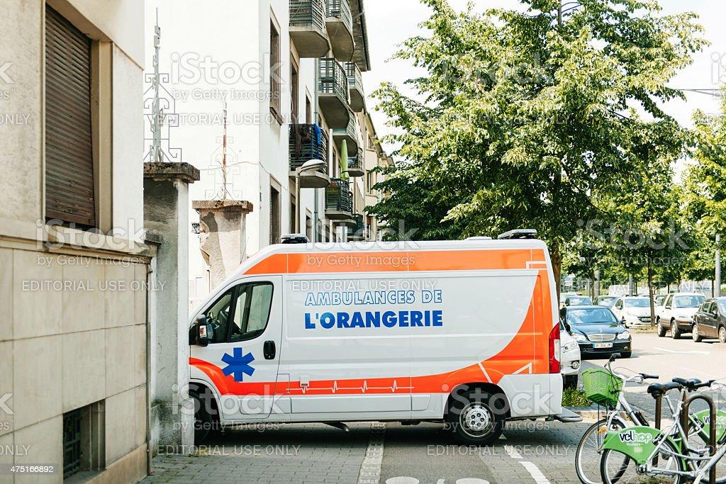 Auxiliaires médicaux ambulance de stationnement dans la rue - Photo
