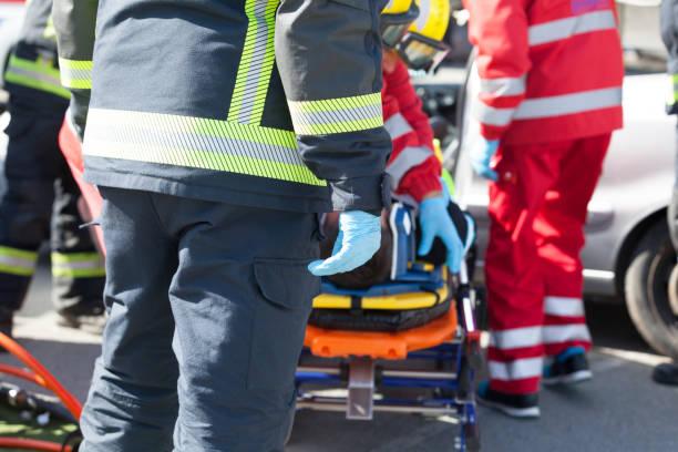 Sanitäter und Feuerwehrleute in einer Rettungsaktion nach Verkehrsunfall – Foto