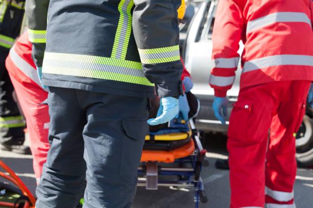 Sanitäter und Feuerwehrleute in dringende Rettungsaktion nach einem Autounfall – Foto