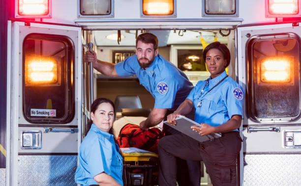 paramedici bij de achterdeuren van een ziekenwagen - ambulanceverpleegkundige stockfoto's en -beelden