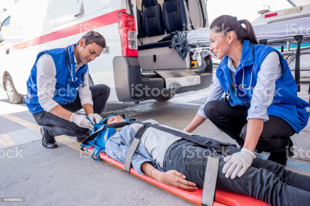 Ambulanciers paramédicaux participant à un appel d'urgence - Photo