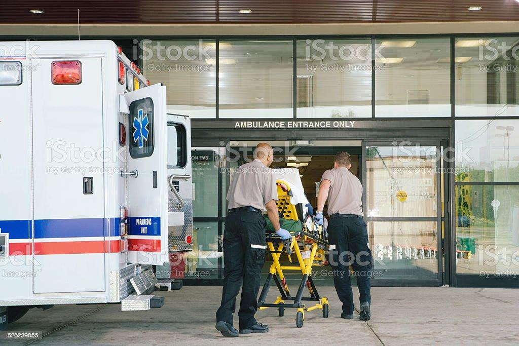 Paramedics la paziente su barella di ambulanza in ospedale - foto stock