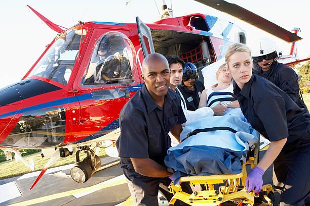 auxiliaires médicaux de déchargement patient ambulance de l'air - auxiliaire médical photos et images de collection