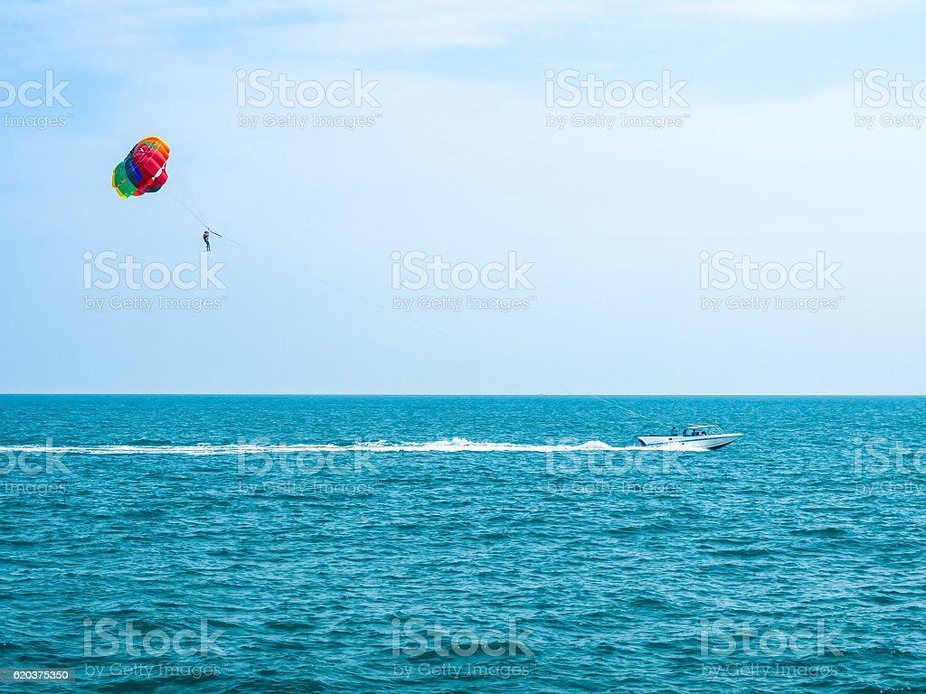 Parasailing against a blue sky and cloud foto de stock royalty-free