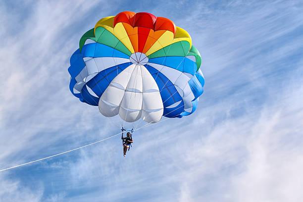 parasailing in sunny day - fallskärm bildbanksfoton och bilder