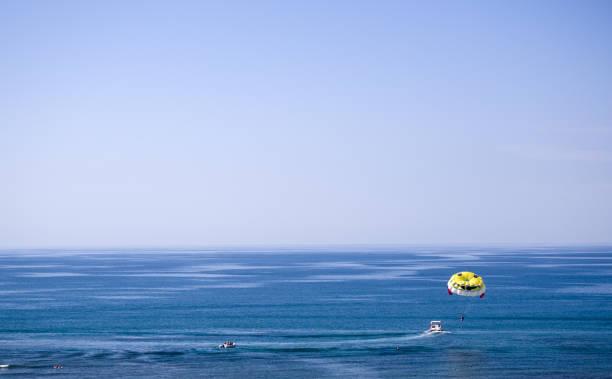 parasailing, es macht spaß und ist aktiv in der türkei - hochzeitsreise zypern stock-fotos und bilder