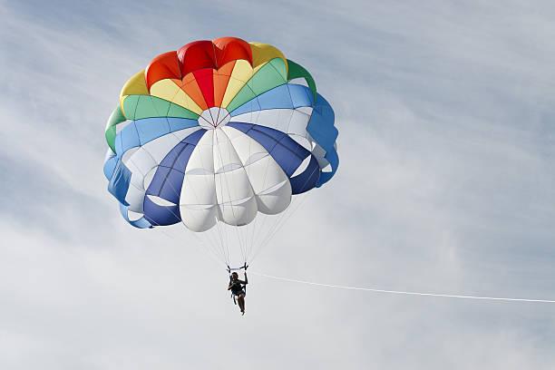 parasailing on the sunny day - fallskärm bildbanksfoton och bilder