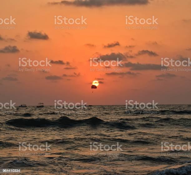 Foto de Parapente Com O Pôr Do Sol Como Pano De Fundo e mais fotos de stock de Beleza natural - Natureza