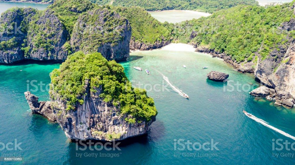 Paraíso de água natural cercado por paredões de rochas cobertas de verde stock photo