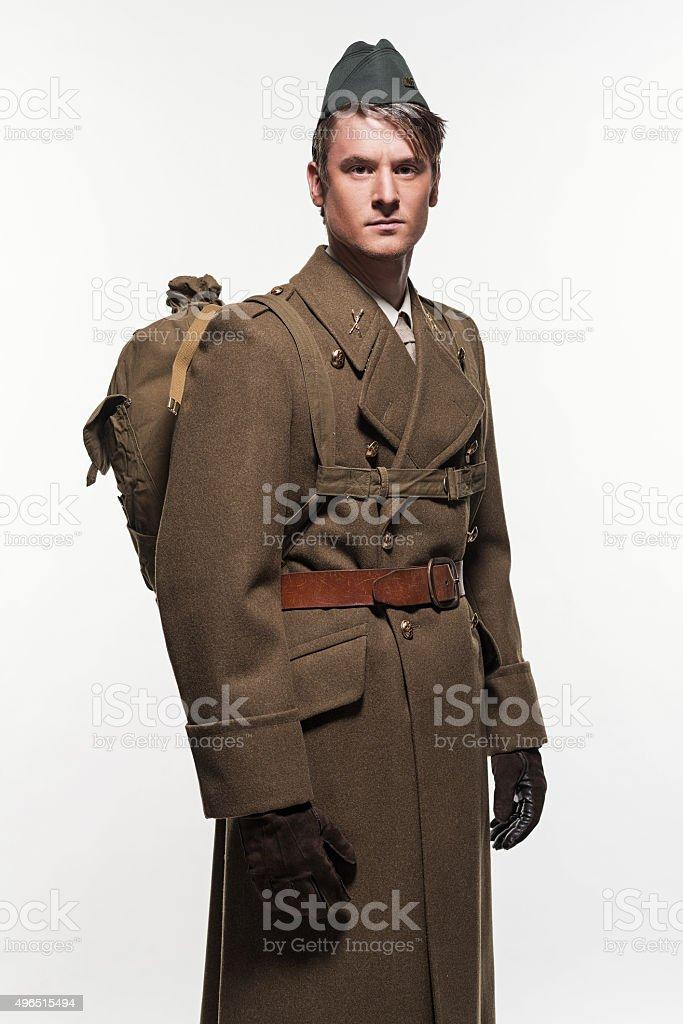Descendo uniforme militar moda homem contra fundo branco. - foto de acervo