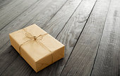 parcel-on-plank-picture-id489480420?s=170x170 Urhebervermerk für visuelles Material  %tags