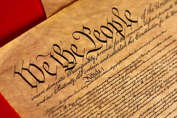 пергамент конституции с красный фон - демократия стоковые фото и изображения