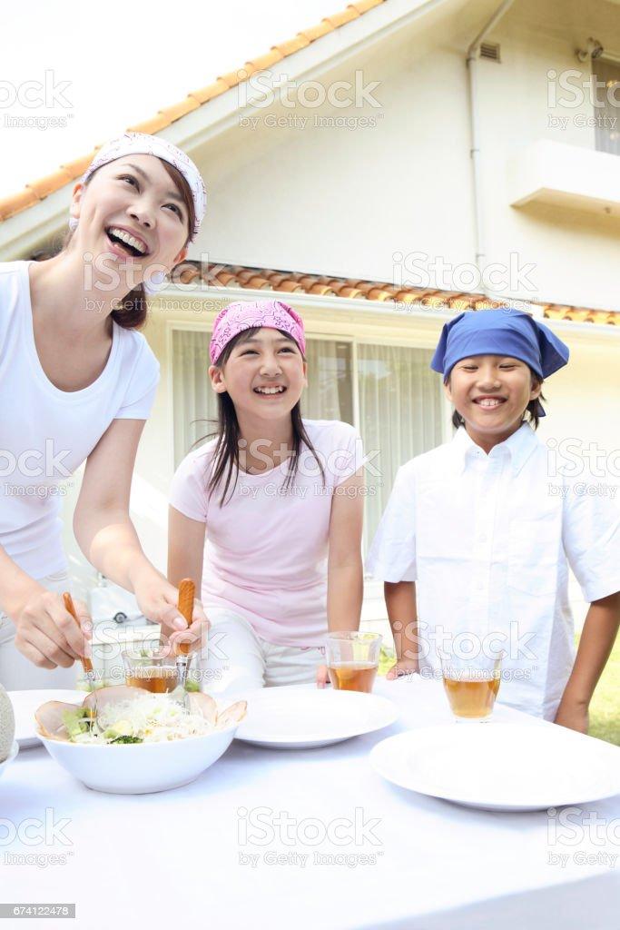 父母和孩子做飯 免版稅 stock photo