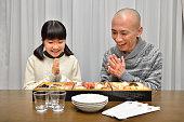 親と子の日本の新年パーティをお楽しみください。
