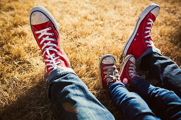 Pai e filho com calçados compatíveis - foto de acervo