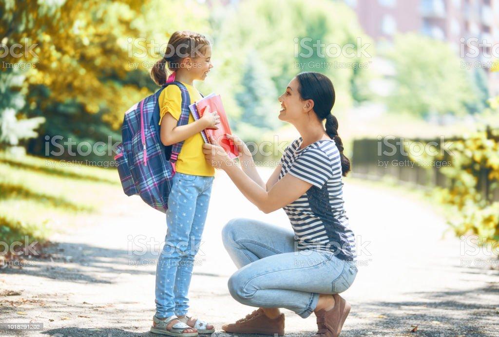 Padres y alumnos van a la escuela - foto de stock