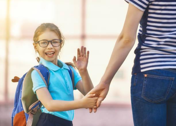 padres y alumnos van a la escuela - regreso a clases fotografías e imágenes de stock