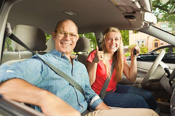 driving instructor und eltern glücklich teenage student fahrer in auto - autos für fahranfänger stock-fotos und bilder