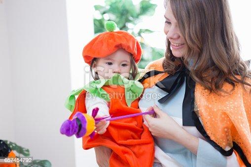 istock Parent-child room decorations for Halloween 657454792